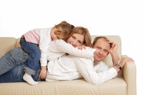Familia en sofa