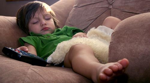 Niño durmiendo en sofa